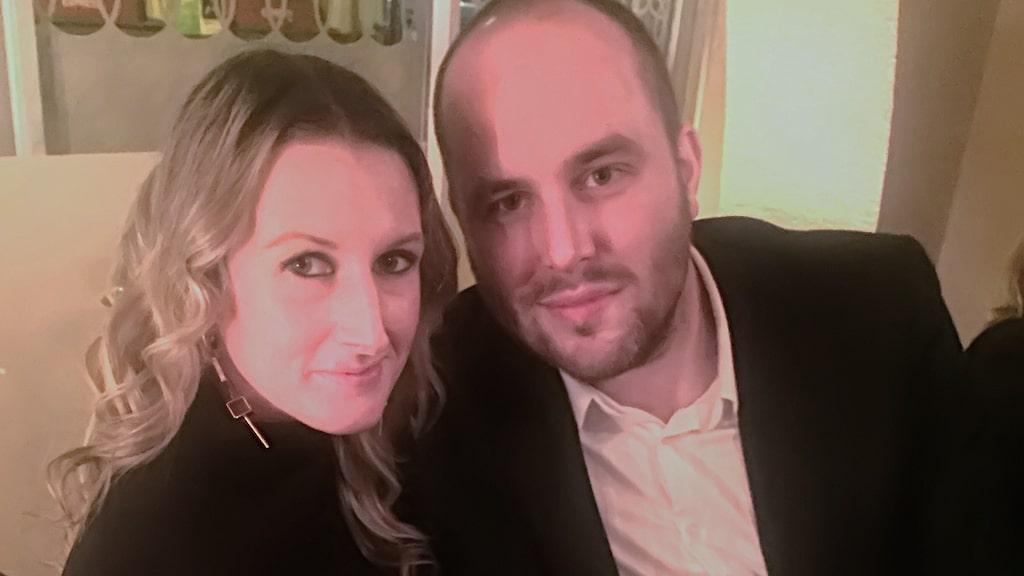 """""""Det enda som inte kommer innanför tröskeln är romantiska prylar"""", säger Linda här tillsammans med Andreas."""
