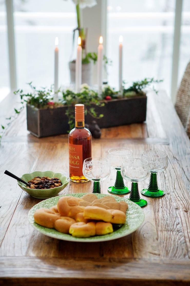 Glögg är framdukat på bordet från Chilli. Adventsstaken har Ann formgivit, och Jens har gjort den i sin plåtslagarfirma.