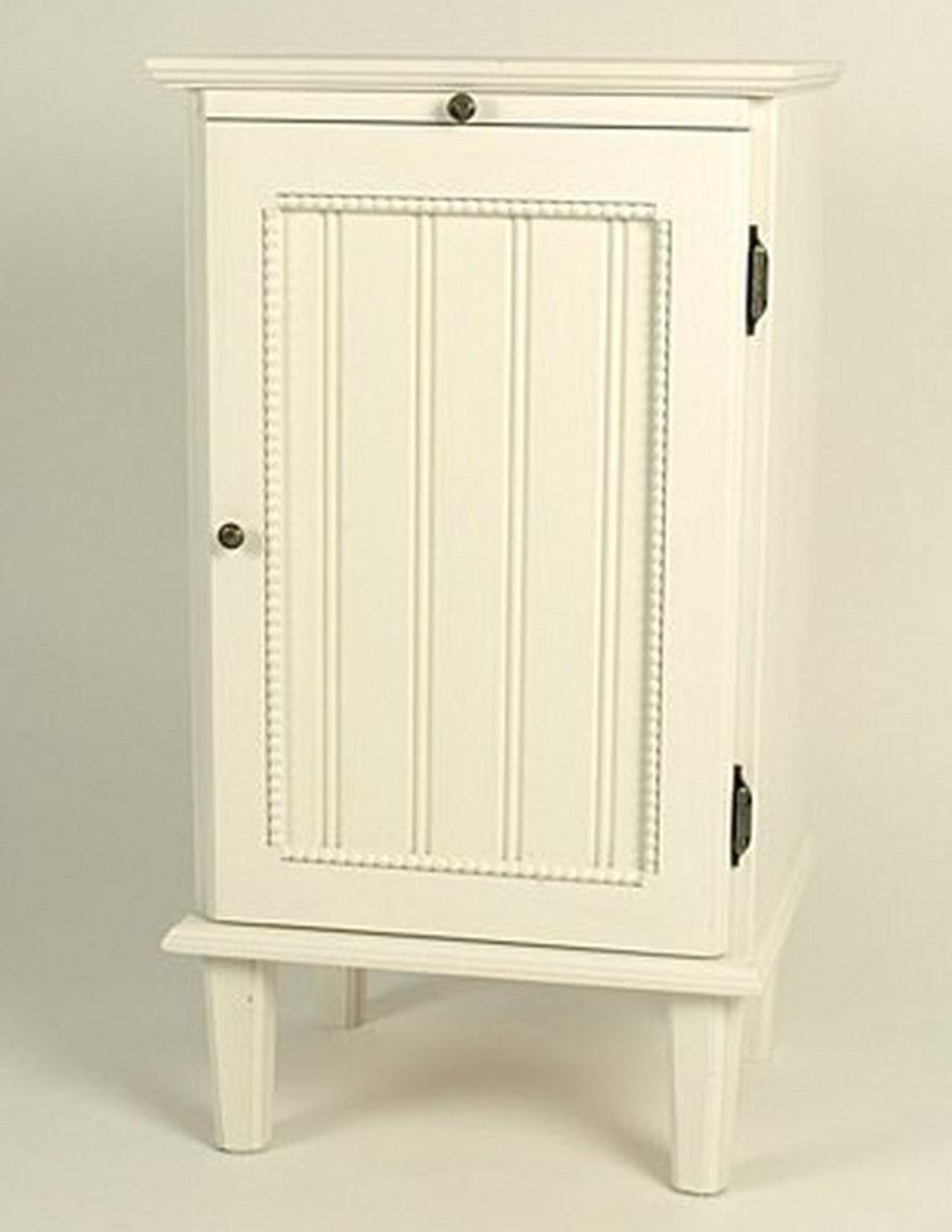 Romantisk. Pottskåpet Herrgård är tillverkad av kvistfri furu, 75 x 40 x 33 centimeter, 4 095 kronor, kilamobler.se.
