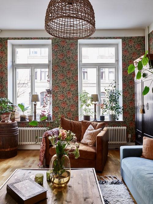 De pampiga fönstren är ett smycke i våningen och ger ett fint ljusinsläpp. Vas, H&M Home. Lampfötterna är gjorda av Lizettes styvfar. Fåtölj, Zoffan.se. Kudde, Bohostyle.se. Taklampa, Ellos. Boklåda, Patriks Prylar i Halmstad.