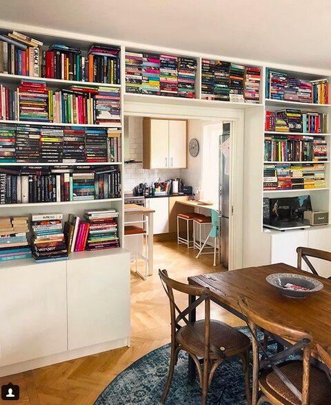 Att ha en egen på plats-byggd bokhylla drömmer många om.