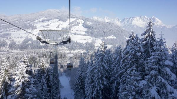 Natursköna alptoppar i Kirchberg.