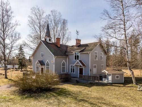Runt huset finns flera terrasser i trä. Tomten är närmare 2 500 kvadratmeter.