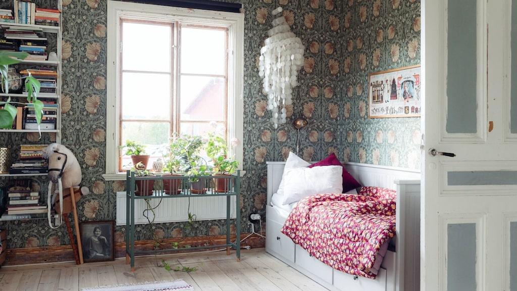 På nedervåningen ligger ett sovrum med trendiga William Morris-tapeter.