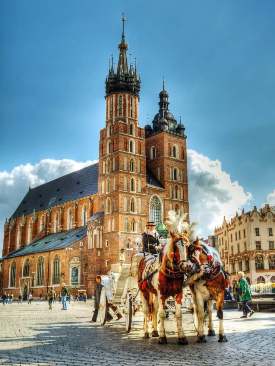 Krakow har en vacker, historisk stadskärna som är världsarvsklassad och lockar med underbart flanerande och mysigt, murrigt kaféliv.