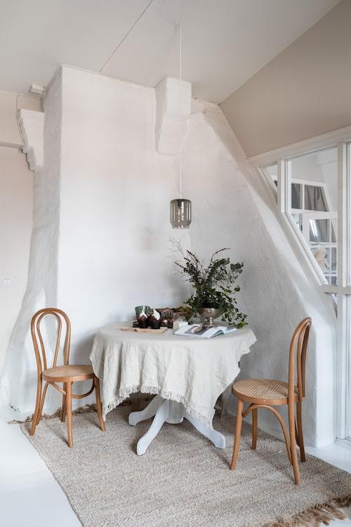 Matta, Tell me more. Bord och stolar är köpta på loppis. Taklampa, Ikea.