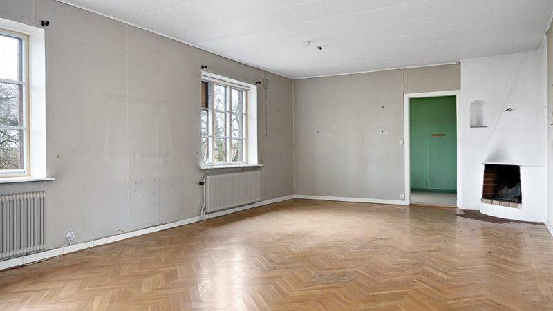 Den har fem rum och kök, rummen beskrivs som stora och luftiga.