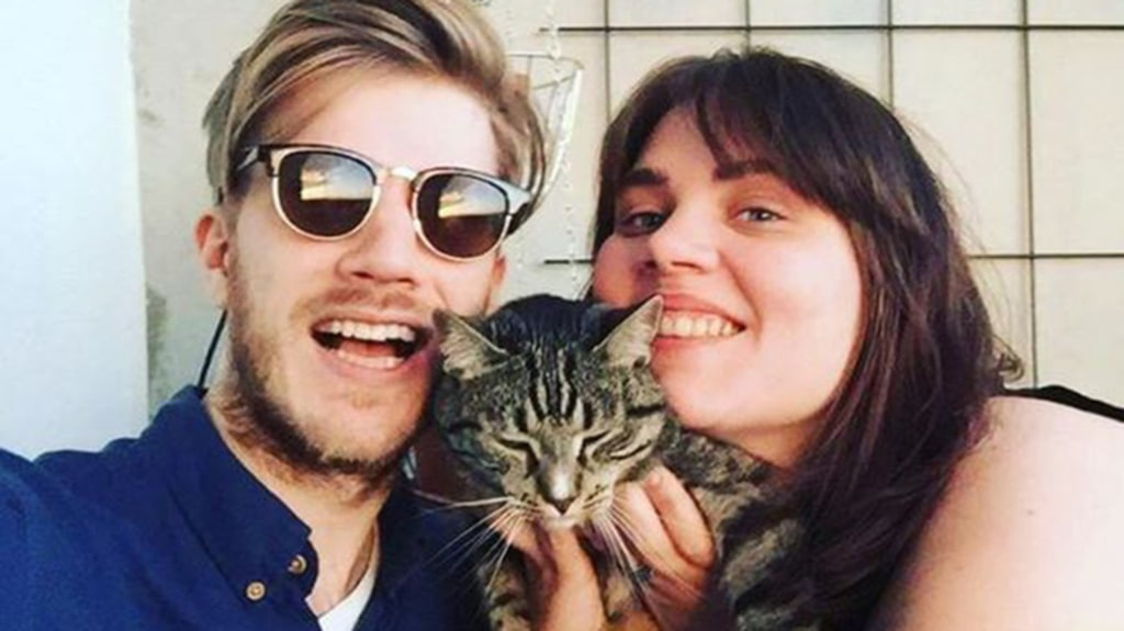 Sara, Gusatv och katten Snurre bor i en tvåa i Stockholm.