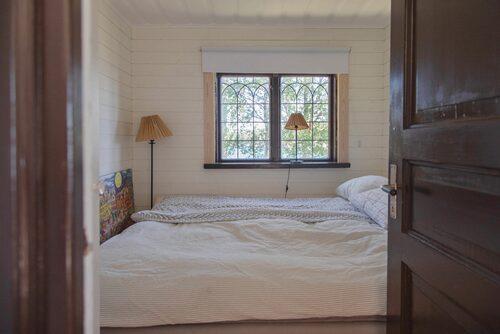 I den stora stugan på 90 kvadratmeter finns i dag två sovrum.
