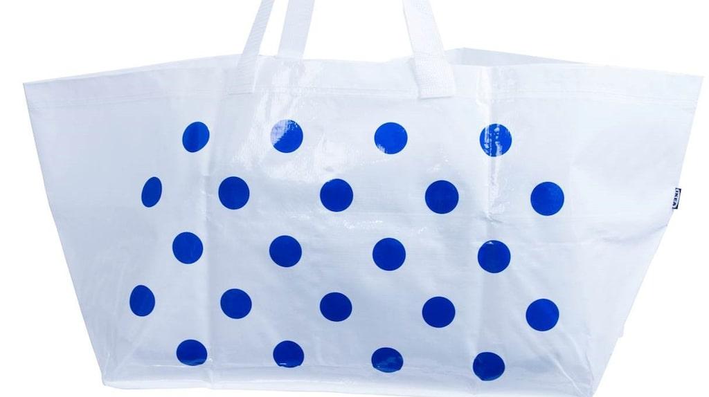 Ett par år senare valde designbutiken Colette en stilren design i vitt och med märkets karaktäristiska blå prickar.