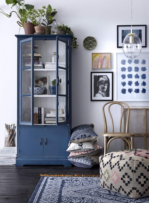 I trenden hittas även skandinaviska inslag med inrednings i dalablått. Här kuddar, matta och sittpuff från Ellos vårkollektion.