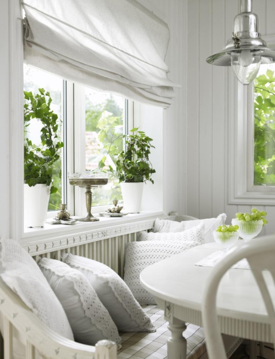 <strong>Mysig hörna. </strong>Den gamla gustavianska soffan kommer från en vän, kuddar från Himla, lampan, Ikea, nysilversaker i fönstret är loppisfynd och mässingsgrodorna kommer från Thailand, stolar och bord från Lins loppis.