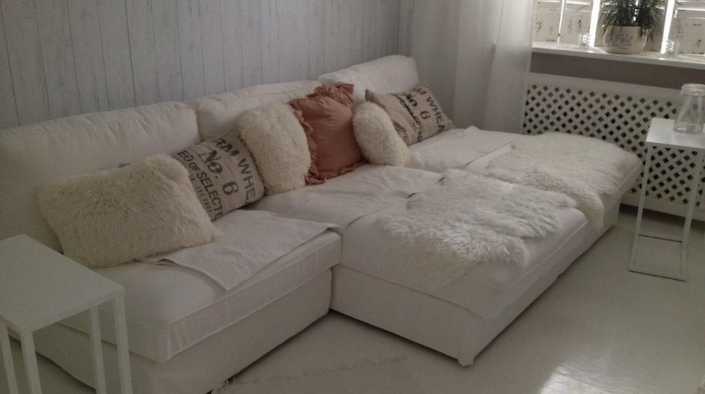 Soffan. En stor, mysig soffa är skönt att slappa i på kvällarna.