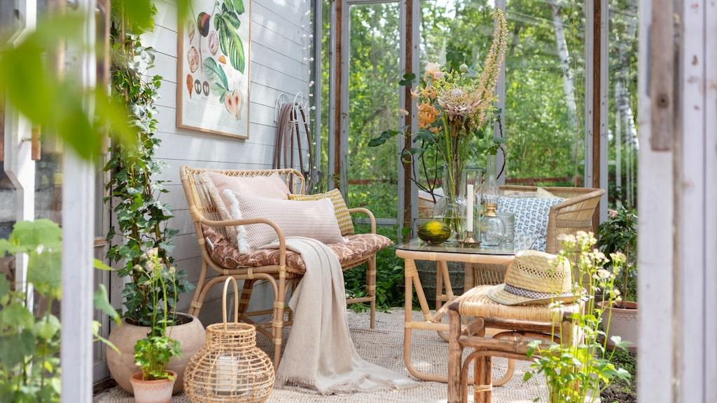 Glöm inte bort att göra uterummet mysigt när sommaren kryper sig närmare. Inred med textilier för an med ombonad känsla.