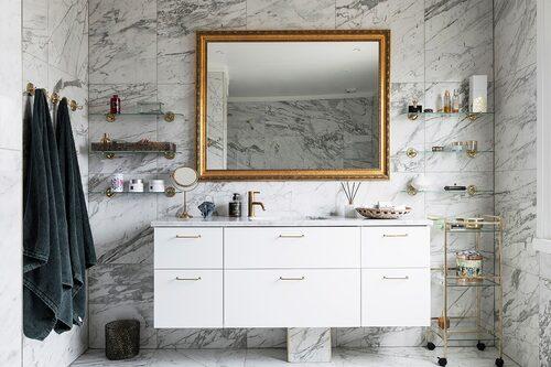Badrum i marmor och med mässingsdetaljer.