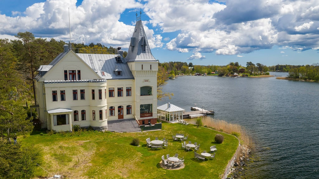 Villa Björkudden som påminner om ett slott är på 798 kvadratmeter och har 18 rum...