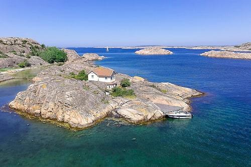 Trälholmen ligger mellan Dyngön och Hjärterön i Fjällbacka skärgård.