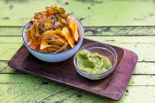 En tallrik nachos med guacamole är gott till en svalkande öl i värmen.