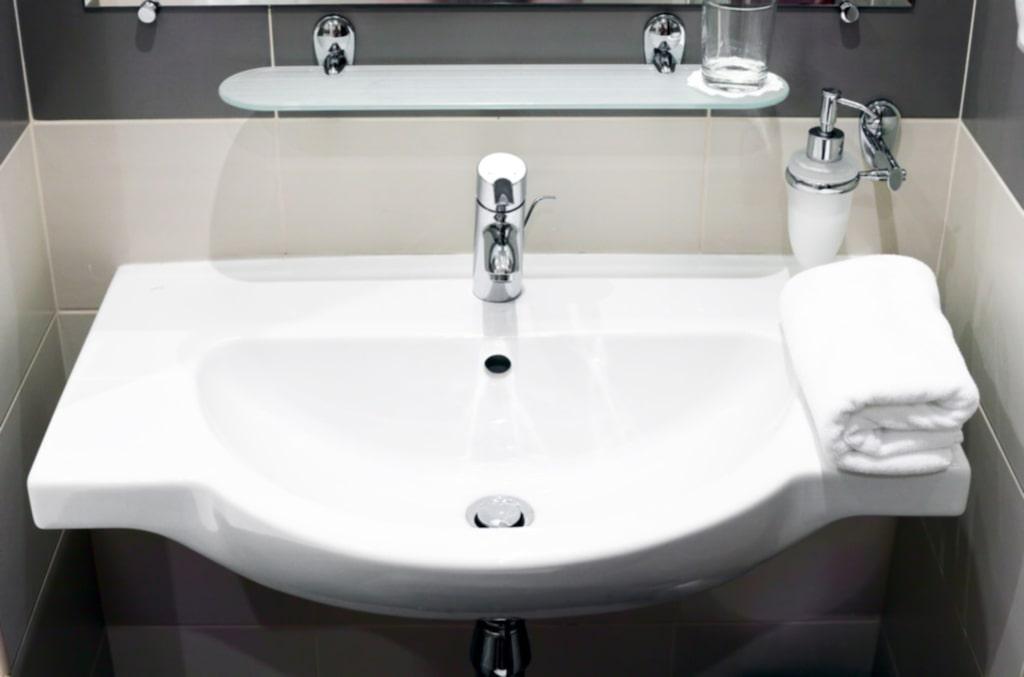 Använd flytande tvål i pump i stället. På så sätt slipper du göra rent handfatet från kladdig tvål hela tiden.