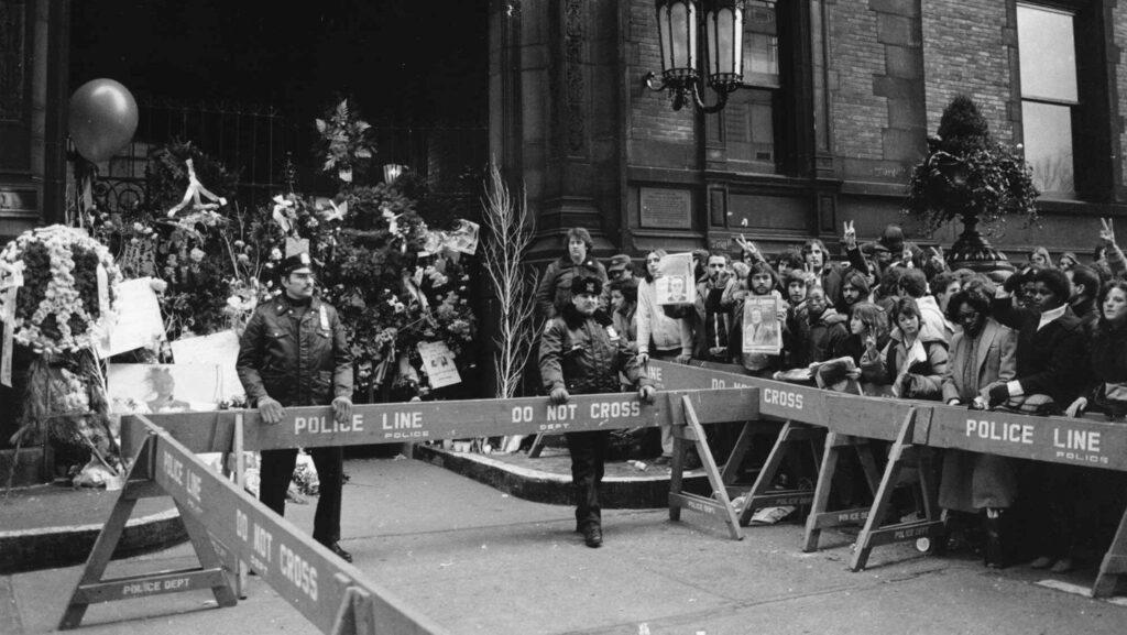 Avspärrningar kring Dakota Building i New York dagen efter att John Lennon mördades i december 1980.