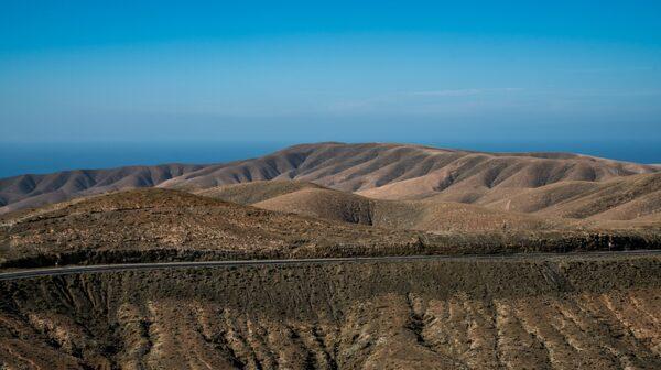De vulkaniska bergen på Fuerteventura ser ut som en välgräddad sockerkaka.