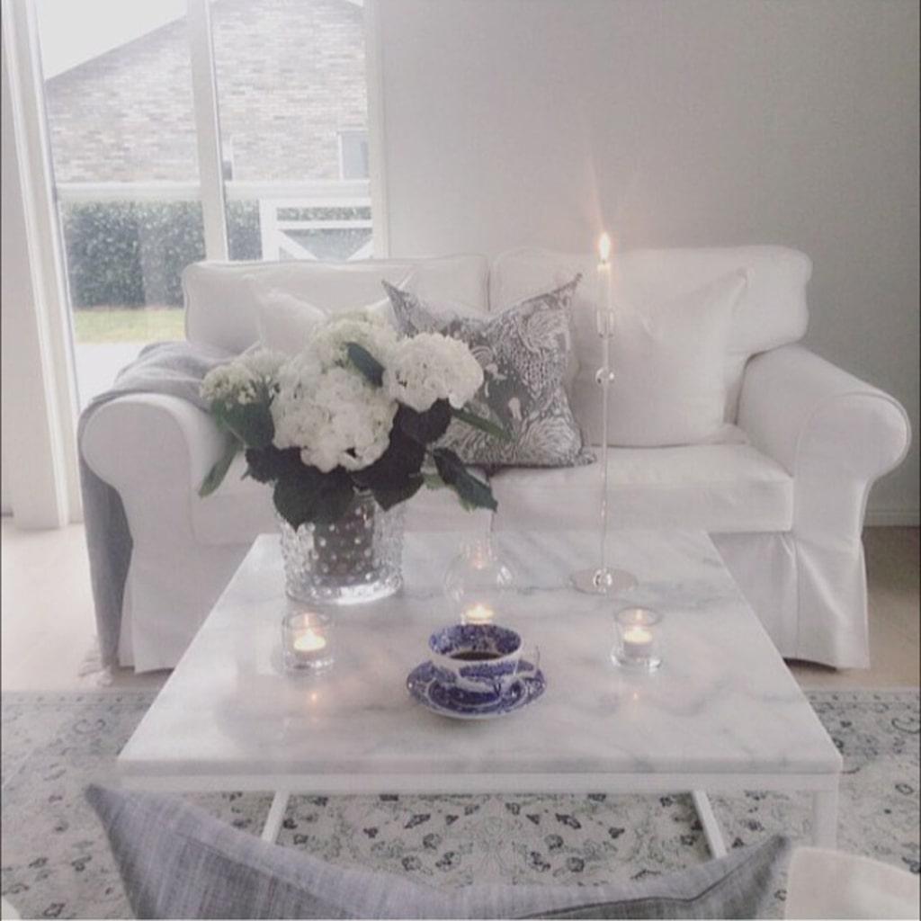 Ljusa rum. Huset genomsyras av mjuka färger. Textilier i form av mattor och kuddar ger en mysig känsla.