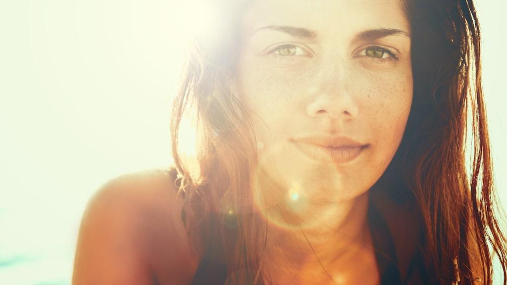 Hud och hår behöver lite extra omtanke under sommaren när de utsätts för sol och bad.