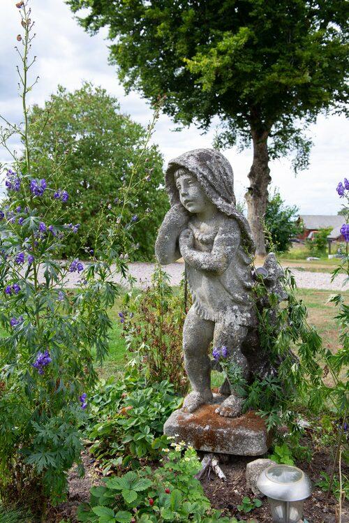 På framsidan av huset står en staty som Sovi och David köpt på Blocket. När barnen var små lekte de med statyn och döpte henne till Sofia.