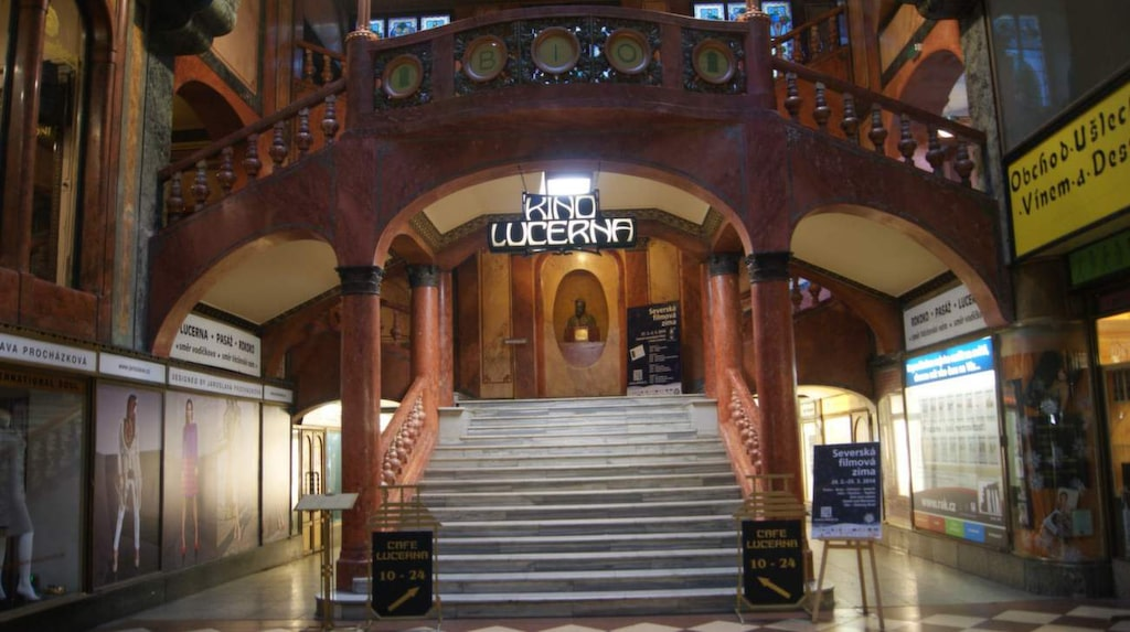 Gå på bio och shoppa i denna vackra galleria från 1905.