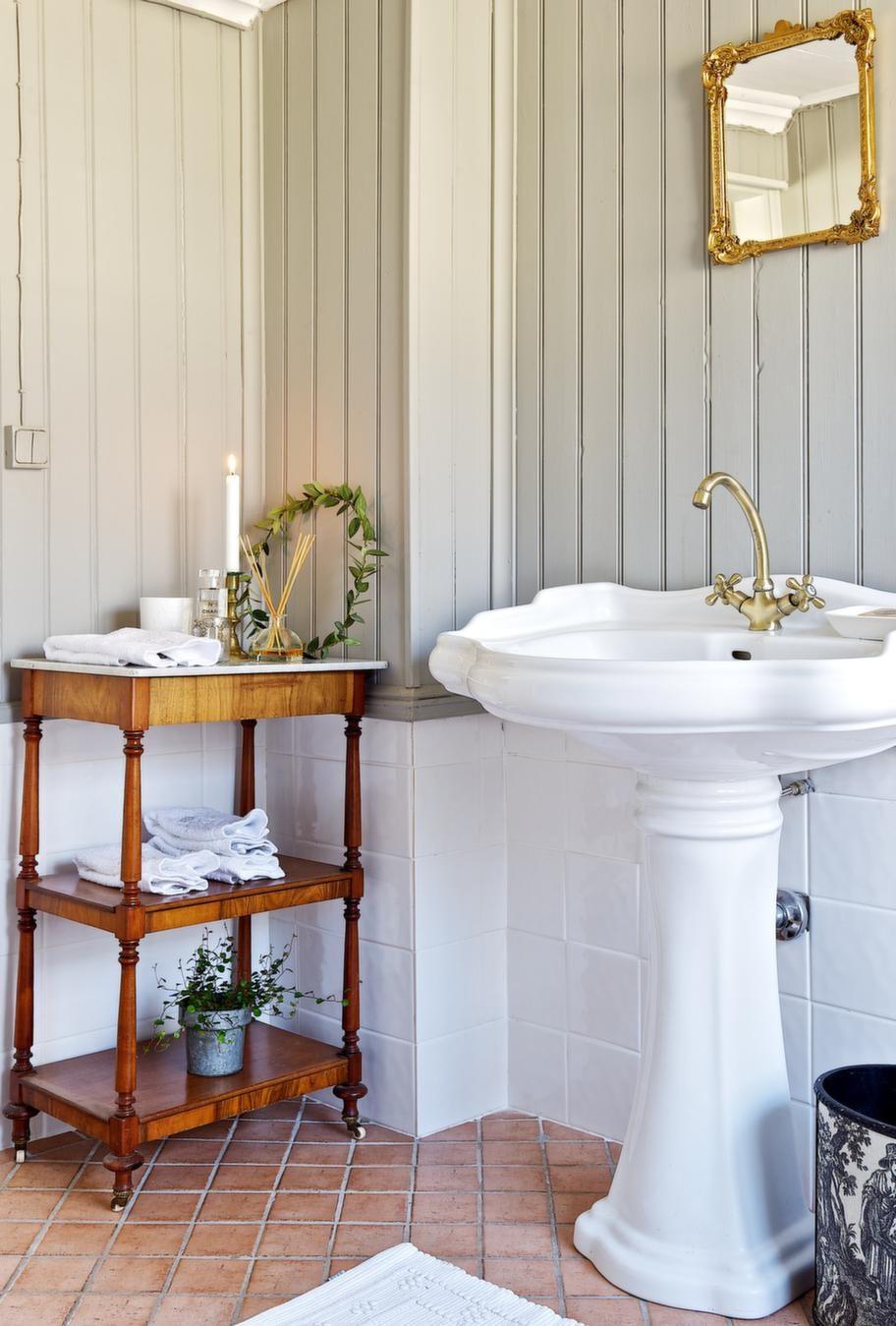 BADRUM<br>Handfatet köpte Catarina i Ferrara i Italien och lät skeppa hem det. Det söta bordet med marmorskiva var Catarinas mammas sängbord som blev till badrumsmöbel.