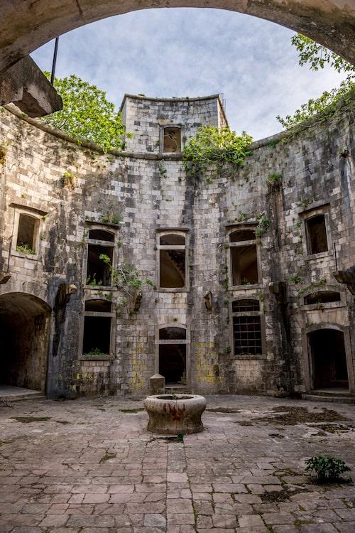 Fler än hundra fångar dog på fortet under kriget.