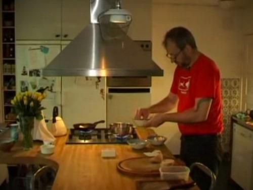 Här lagar krögaren David Kallós till sina snigel-toasts.