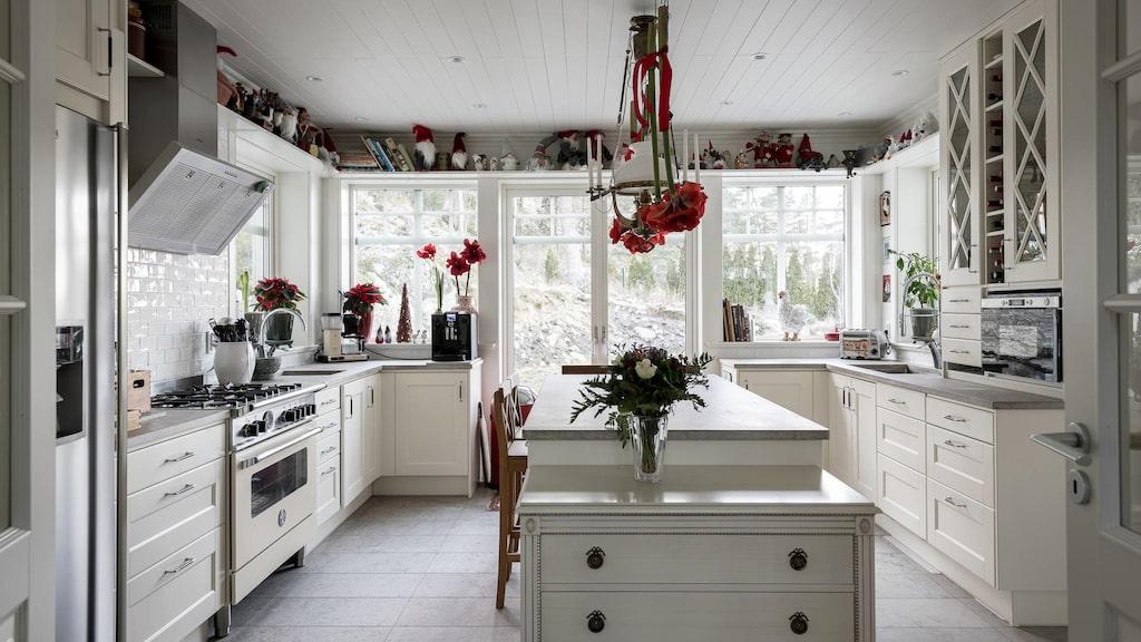 Köket går i lantlig stil och har utgång till uteplatsen och poolområdet.
