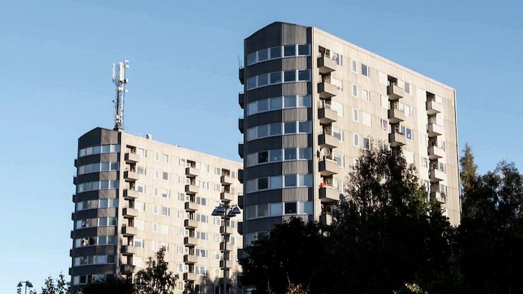 Lägenheten ligger i ett högt flervåningshus byggt 1969 i Västra Frölunda.