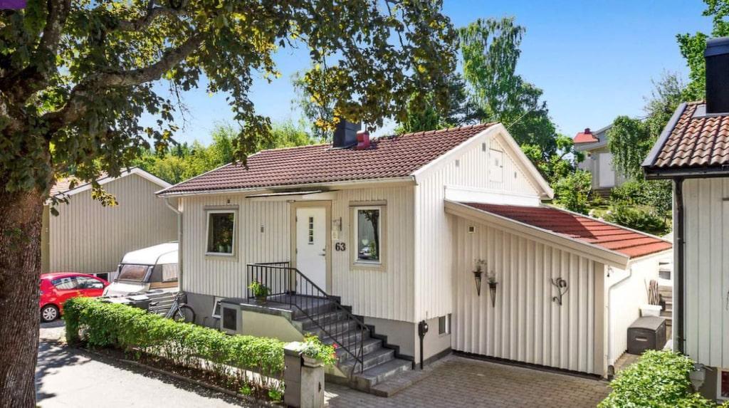 Det här huset ligger i Bromma och är på 83 kvadrat fördelade på sex rum. Nu är det till salu för nästan 6,3 miljoner kronor.
