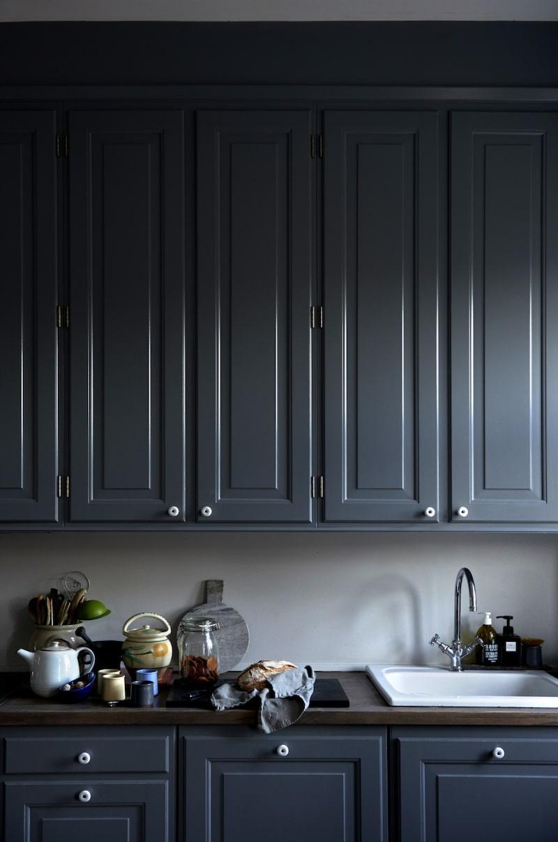 Köksluckorna i gammal stil är målade i gråblått.