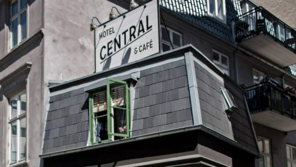 "<p>Hotel Central &amp; Café, Danmark. Foto: <a href=""https://www.facebook.com/312065912168931/photos/pb.312065912168931.-2207520000.1440508225./590527317656121/?type=3&amp;theater"" target=""_blank"">Facebook</a></p>"