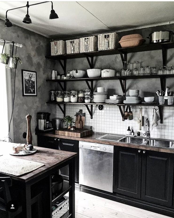 Köket, som tidigare var vitt, budgetrenoverades till mattsvart när familjen flyttade in.