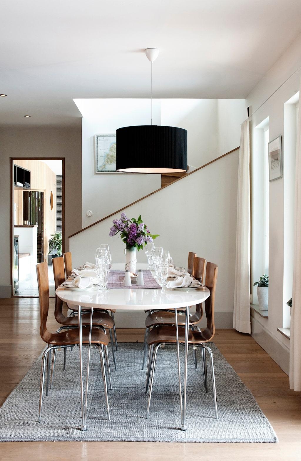 Huset har många spännande former, och från matdelen är trappan upp en fin detalj och de stora fönstren ger rummet ett härligt ljus.