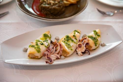 Galicisk bläckfisk på Restaurante Ons. Drick lokala hantverksölet Aloha från Gran Canaria på The Block.