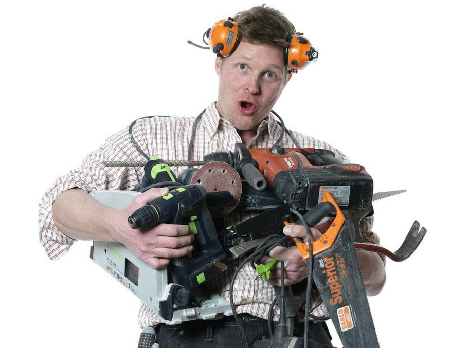 Skippa överlasten. Hyr riktigt bra maskiner när du verkligen behöver dem. Annars samlar slagborren, slipmaskinen, borrhammaren och tigersågen bara damm i verktygsboden.