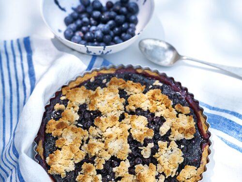 Baka gott utan socker. Drömmig paj med blåbär och svarta vinbär, servera med lättvispad grädde.