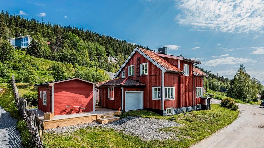 Intill huset har familjen byggt ett attefallshus.