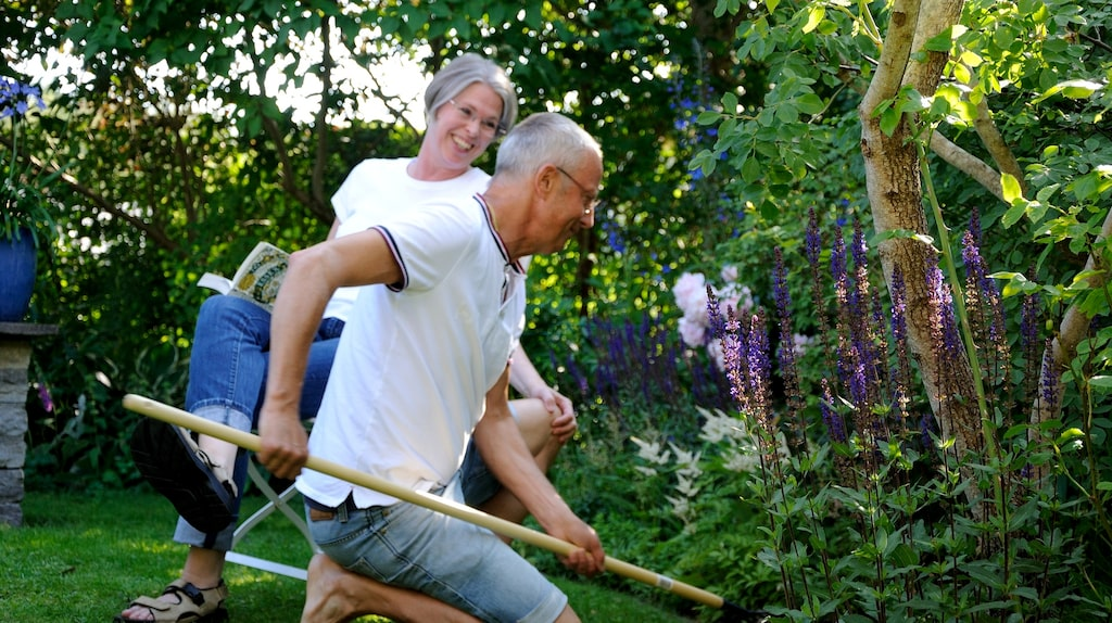 Per och Elisabeth Junskog arbetandes i trädgården.