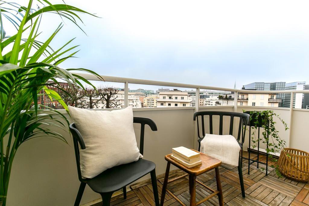 Från vardagsrummet finns utgång till den större balkongen där man med fördel sitter 2-4 personer och njuter av den magiska utsikten.