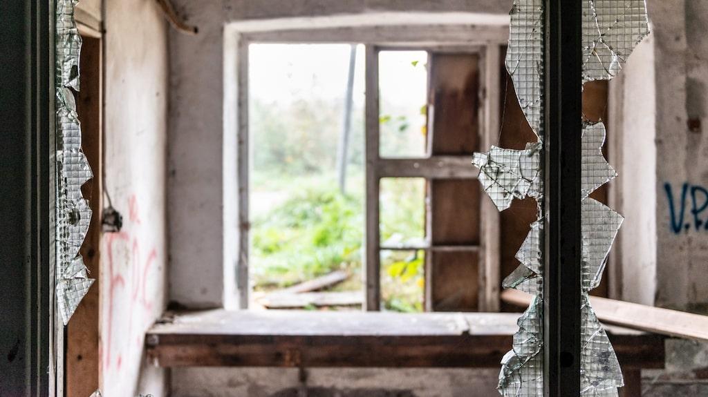 Många fönster i huset är sönderslagna och i vissa fönster finns inga glas kvar.