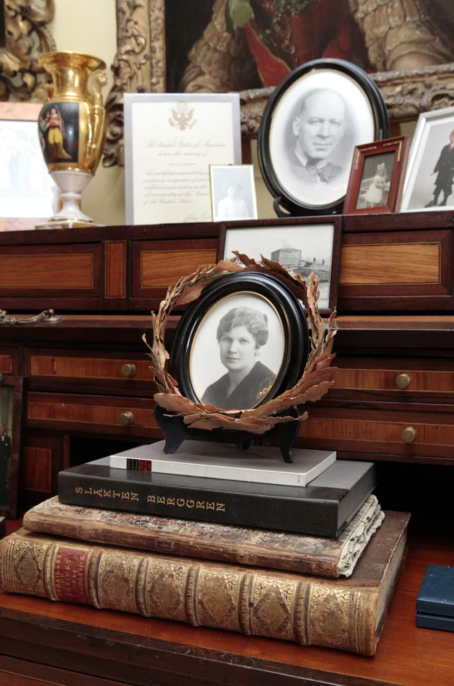 Samling. På rulljalusin har Carl Jan foton på sina kära.