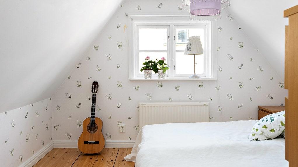 På övervåningen finns ett sovrum med plats för dubbelsäng.