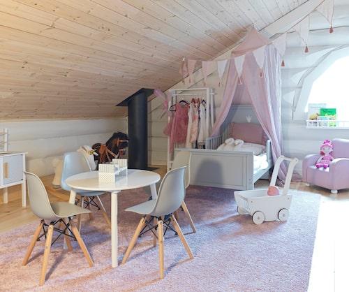 """När teamet i """"Sofias änglar"""" på Kanal 5 byggde till två barnrum på övervåningen målades timmerstockarna på väggarna vita. Både bord och stolar, vimplarna, sängen och leksakerna i Lunas rum är från JaBaDaBaDoo."""
