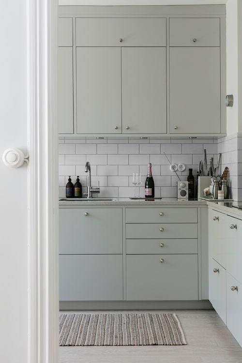 Köket är helt nytt och har fått inredning från Ballingslöv. Köksmattan kommer från Søstrene Grene.